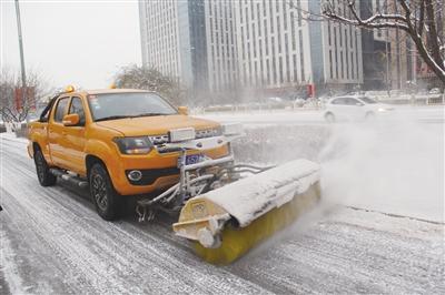 新式扫雪车亮相呼和浩特
