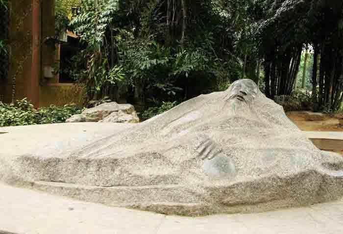 成都人物雕塑厂家告诉你为什么有的石刻雕塑会出现风化现象