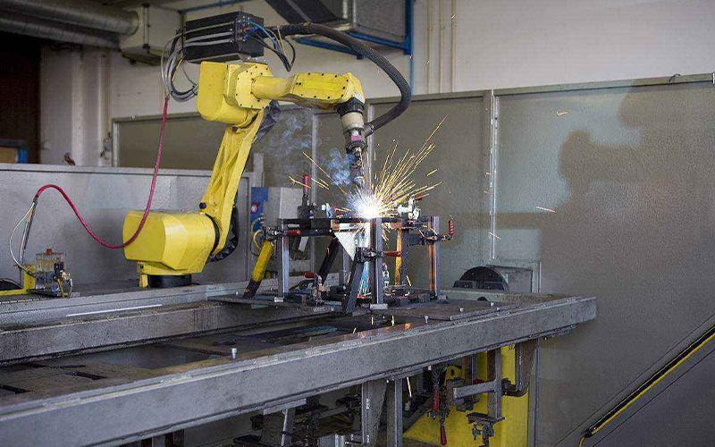 焊接机器人已经代替人工进行生产