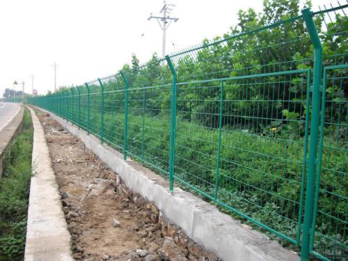 公路上用的铁丝网围栏如何进行固定?专业的方法有哪些?