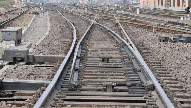 铁路道岔施工还要根据季节进行调整,这个说法你知道吗?