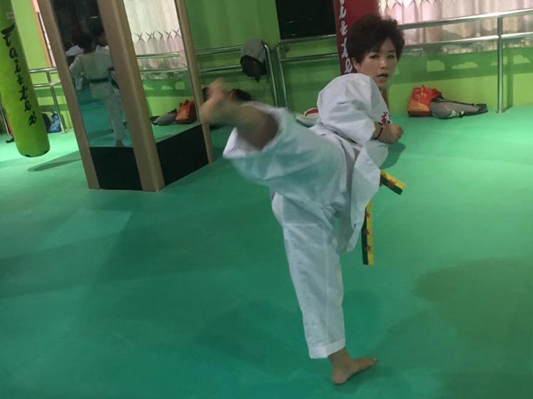 成人跆拳道学习动作抓拍