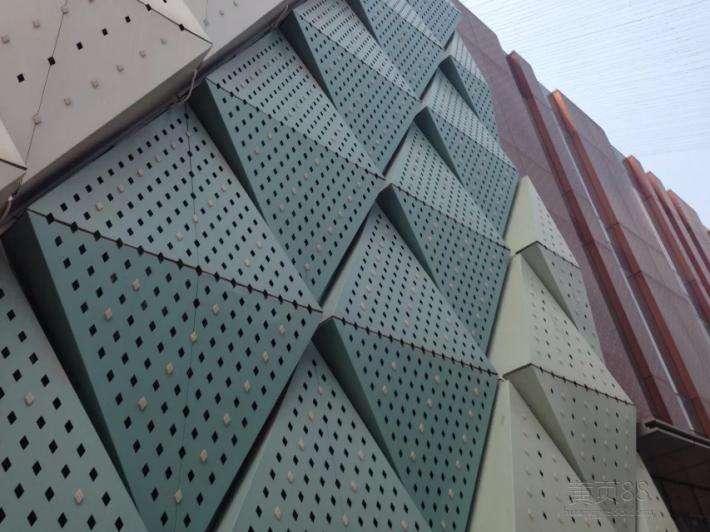 在张家口选择冲孔铝单板的时候,冲孔铝单板有哪些优点?