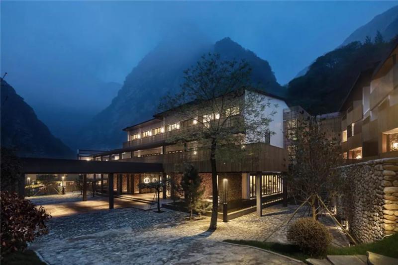 2019年, 环球设计公众号发布《首发I石头与木条改造的山谷酒店,这么美!【环球设计2046期】》