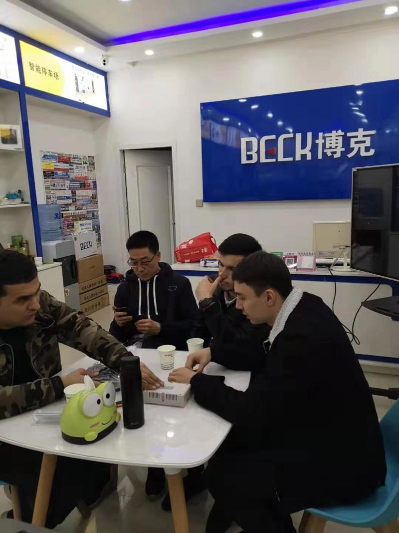 外国友人来实体店购买人脸识别系统