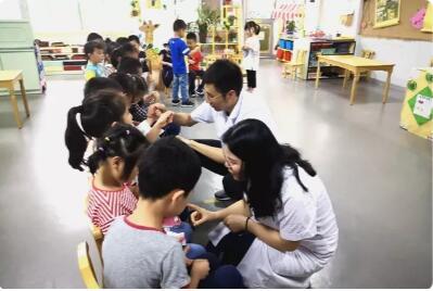 课后医生与青少年进行了一对一口腔护理检查及问题解答