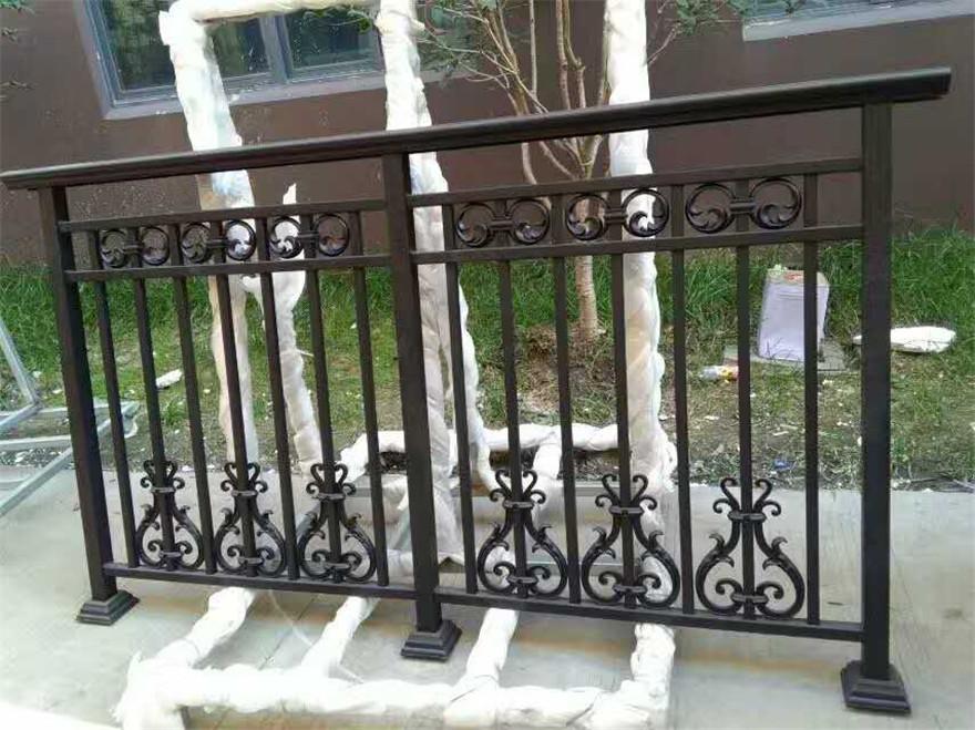 傳統的陽臺護欄被鍍鋅護欄所替代的原因有哪些?