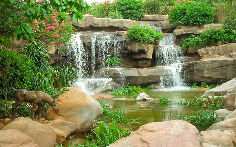 人工假山流水瀑布在园林景观中的应用