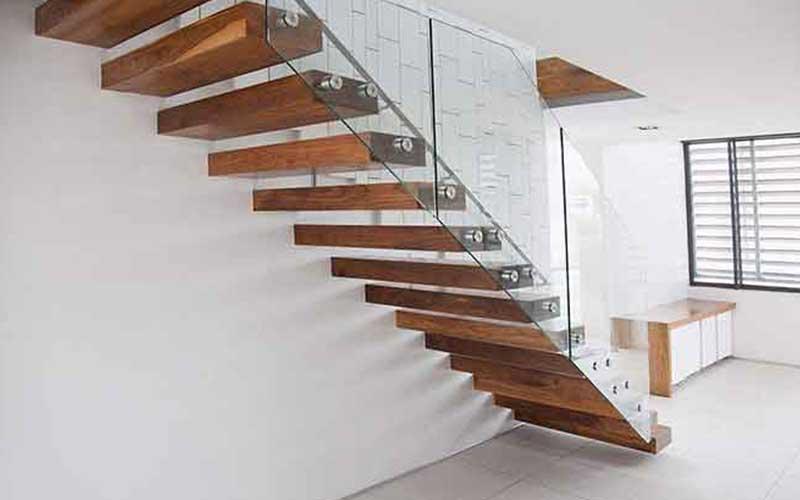 在楼梯上大连防腐木地板的应用
