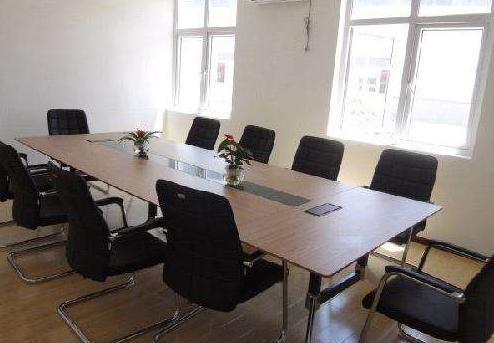 湖北山川的会议室环境