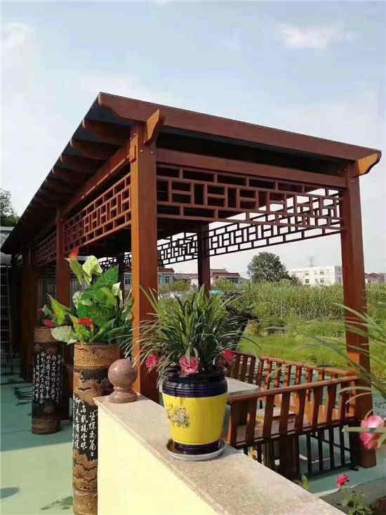 客户在院子里安装防腐木凉亭