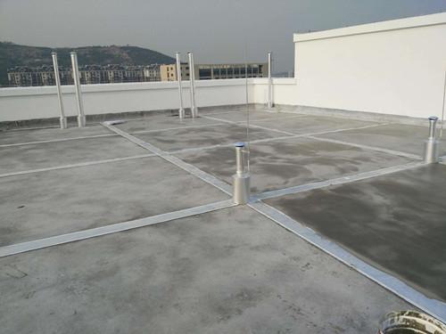 鸿春建材水泥路面修复砂浆施工方法: