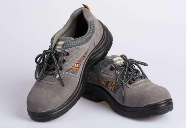 劳保鞋批发告诉您穿防护服的步骤有哪些