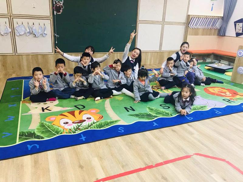 兰州芯儿国际幼儿园孩子们正在做活动