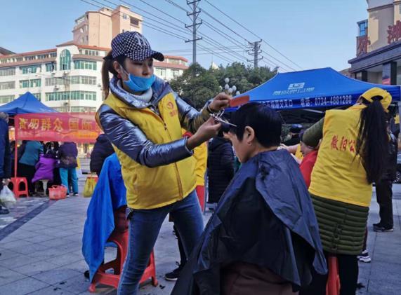 义卖、献血、发放爱心暖包……湖南各地掀起志愿服务行动热潮
