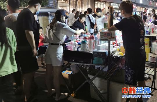 中新经纬客户端6月4日电 27地设摊贩规范点发展地摊经济 网友:好有烟火气
