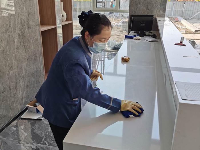 10月29日,宁夏万鸿环境服务有限公司跟世贸集团达成合作,保洁员正式入驻美林学府售楼中心进行日常保洁