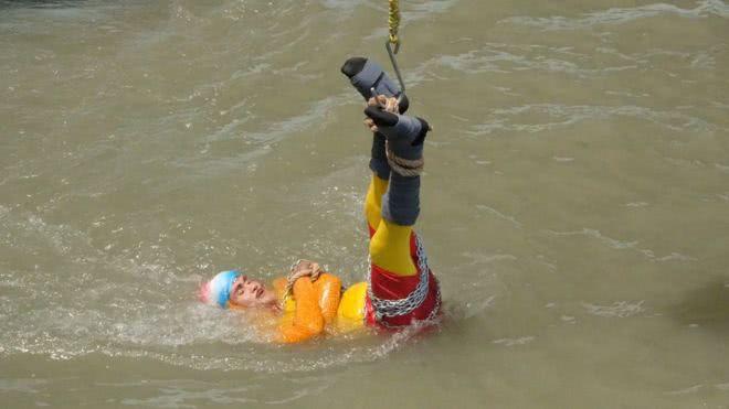 印度魔术师表演水底逃脱术失手 身绑铁链溺毙河中