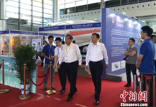 9月19日,2019汽车轻量化大会扬州开幕,中外嘉宾步入会场。 崔佳明 摄