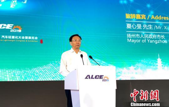 扬州市市长夏心旻致辞时表示,扬州对汽车产业高看一眼,打造名副其实的汽车城是扬州人的追求和梦想。 崔佳明 摄