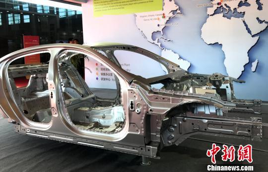 铝合金轻量化结构设计,全铝白车身展示。 崔佳明 摄