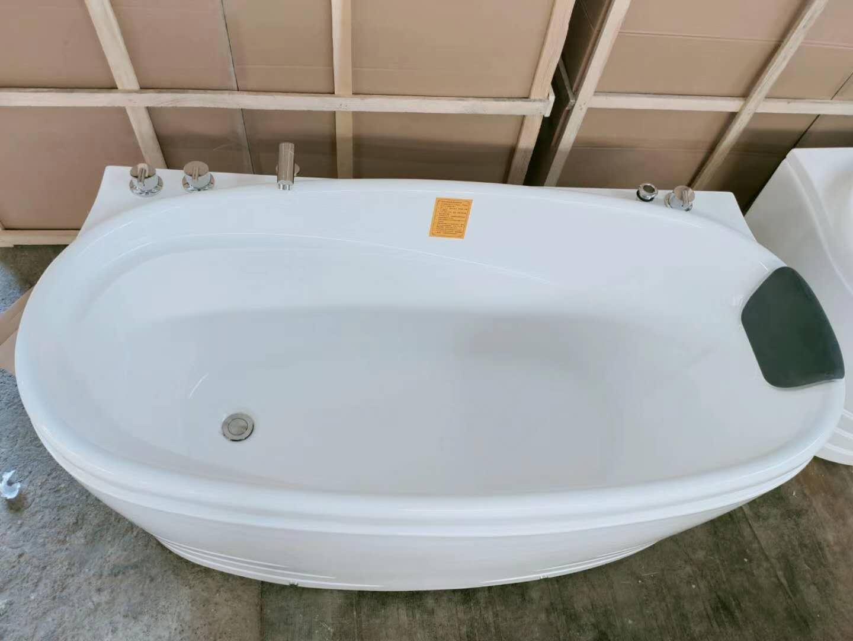 浴缸款式多样