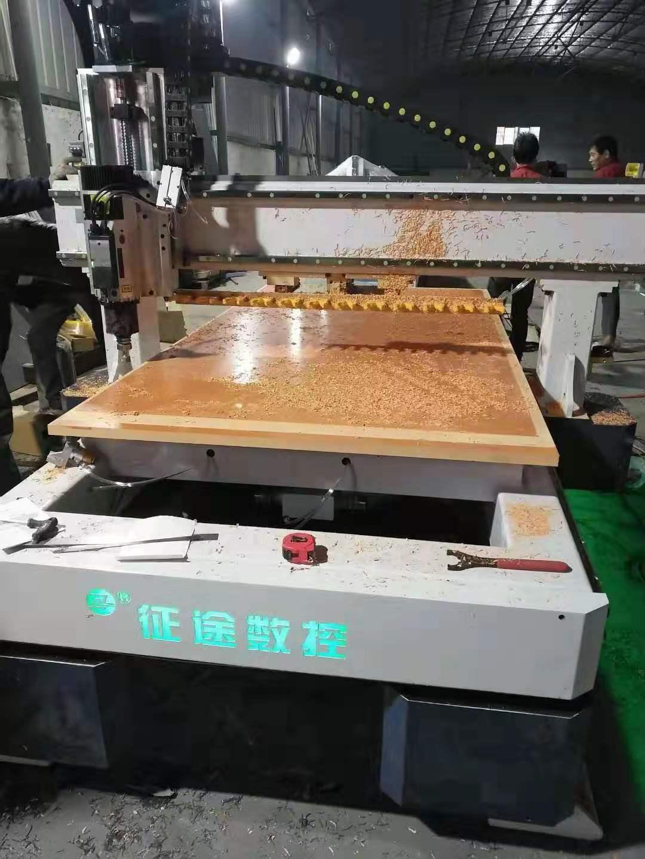 征途奥都数控设备厂对于木板很好的进行切割中