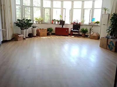PVC自粘地板方形石纹毯纹塑胶地板怎么算价格呢?