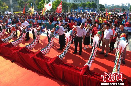 第三届世界客属龙舟文化旅游节开幕式现场。 张斌 摄