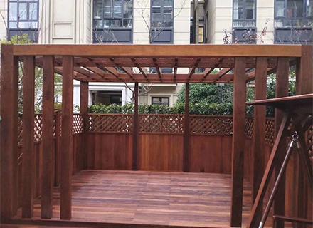 将成都防腐木花架置于阳台怎么维护?