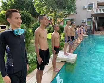 组织学生们学校游泳