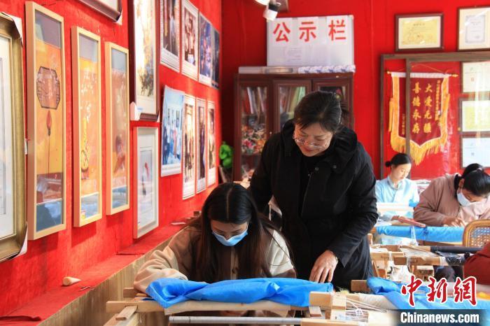 """当蜀绣遇上纳西文化 民族刺绣发展搭上高速公路""""快车"""""""