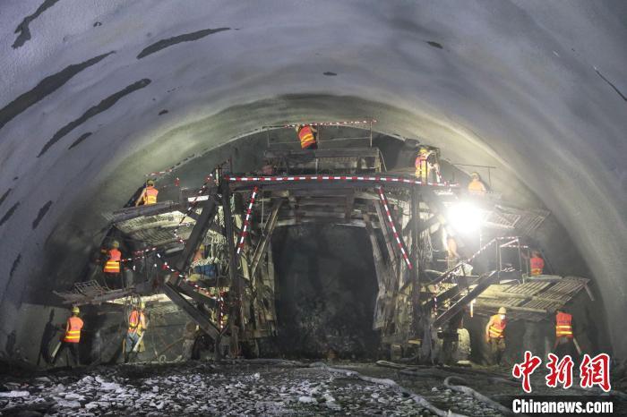 贵南高铁全线超5000米长隧道顺利贯通