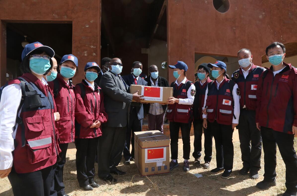 中国抗疫..组赴津巴布韦多地交流并捐赠医疗物资