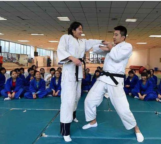 """跟着""""河马""""教练学习防身动作要领"""
