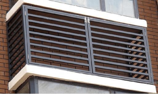 为荆门某小区住户进行百叶窗防护栏安装