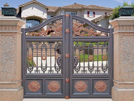 别墅大门选择铝艺庭院门之后,做好维护工作不仅有助于美观,而且还可长久使用