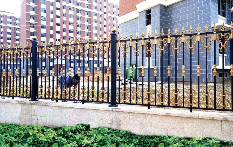 将锌钢护栏和荆门铝艺护栏对比,两者究竟谁更得到消费者的偏好与信赖呢?