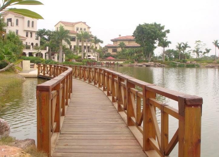 一起跟随陕西栖林市政小编来了解一下防腐木景观桥