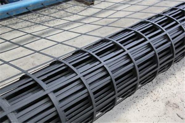 一种高强度平面网状材料,由聚合物材料成都土工格栅定向拉伸而成