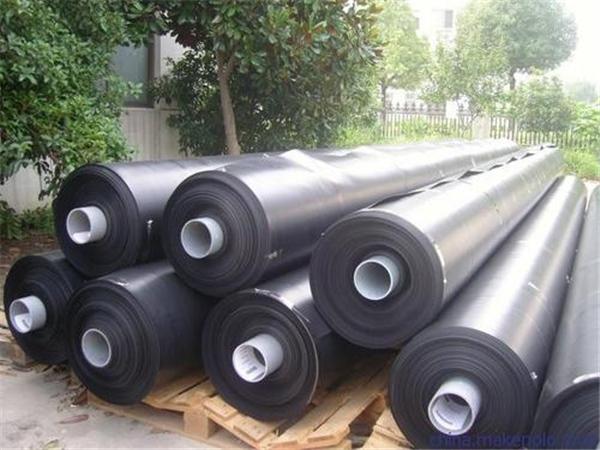 利用成都HDPE土工膜的不透水性来堵塞土坝的渗漏通道