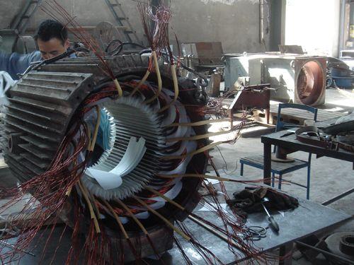 西安兰电电机维修工程中的200KW电机正在嵌线