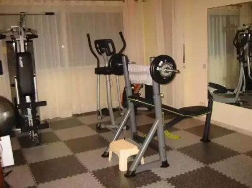 健身房里的体育设施,和小区内的体育设施有什么不同?
