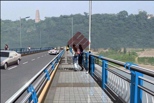 四川桥梁护栏在设计时应该注意哪些方面?