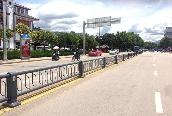 四川道路护栏如何设置才能确保交通的安全