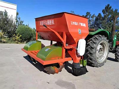 葡萄开沟施肥机工作视频