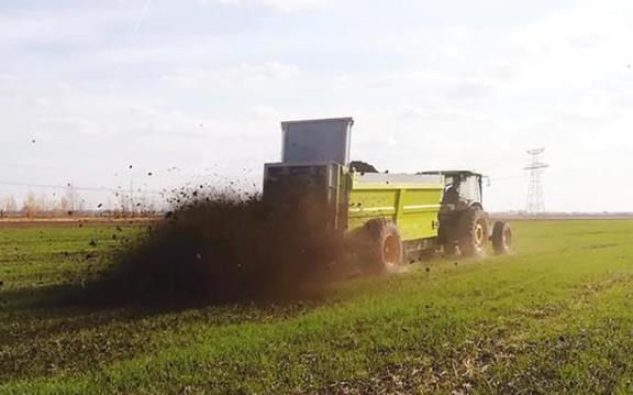 用有機肥撒肥機,拖拉機撒糞機拋糞車施肥時應該注意哪些問題