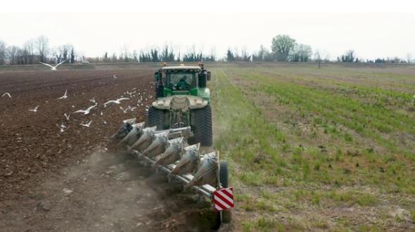 拖拉機的用途有很多,幾乎你能想象得到的農業機械化工作都可以用