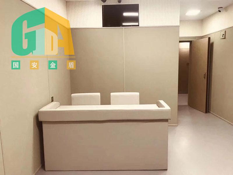 防撞吸音软包是目前在看守所,戒毒所,审讯室,笔录室等办案区用得多的墙面软化材料。