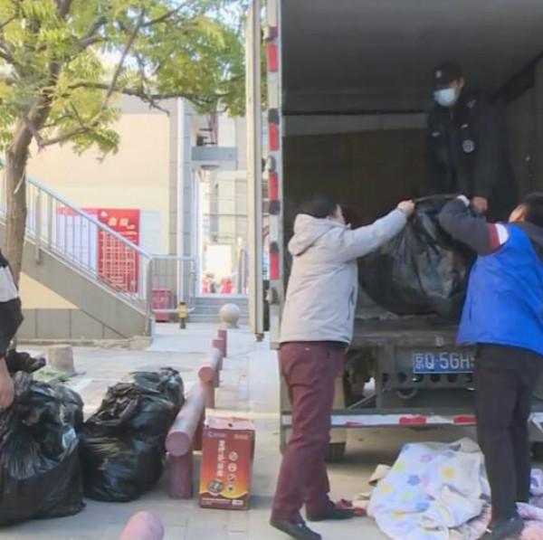 志愿者帮助老奶奶搬新家